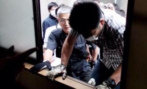 りべるたんの窓から土足で侵入する公安刑事